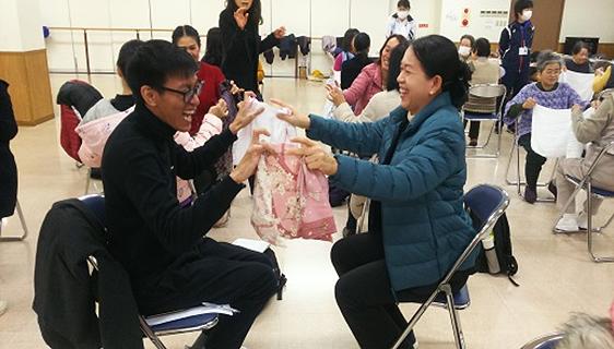 佐久市、タオルを使用する健康増進体操 (研修員は帰国後すぐに実行した、との報告がありました)。