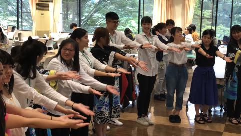 地域交流サークル指導のもと全員で望月小唄を踊りました